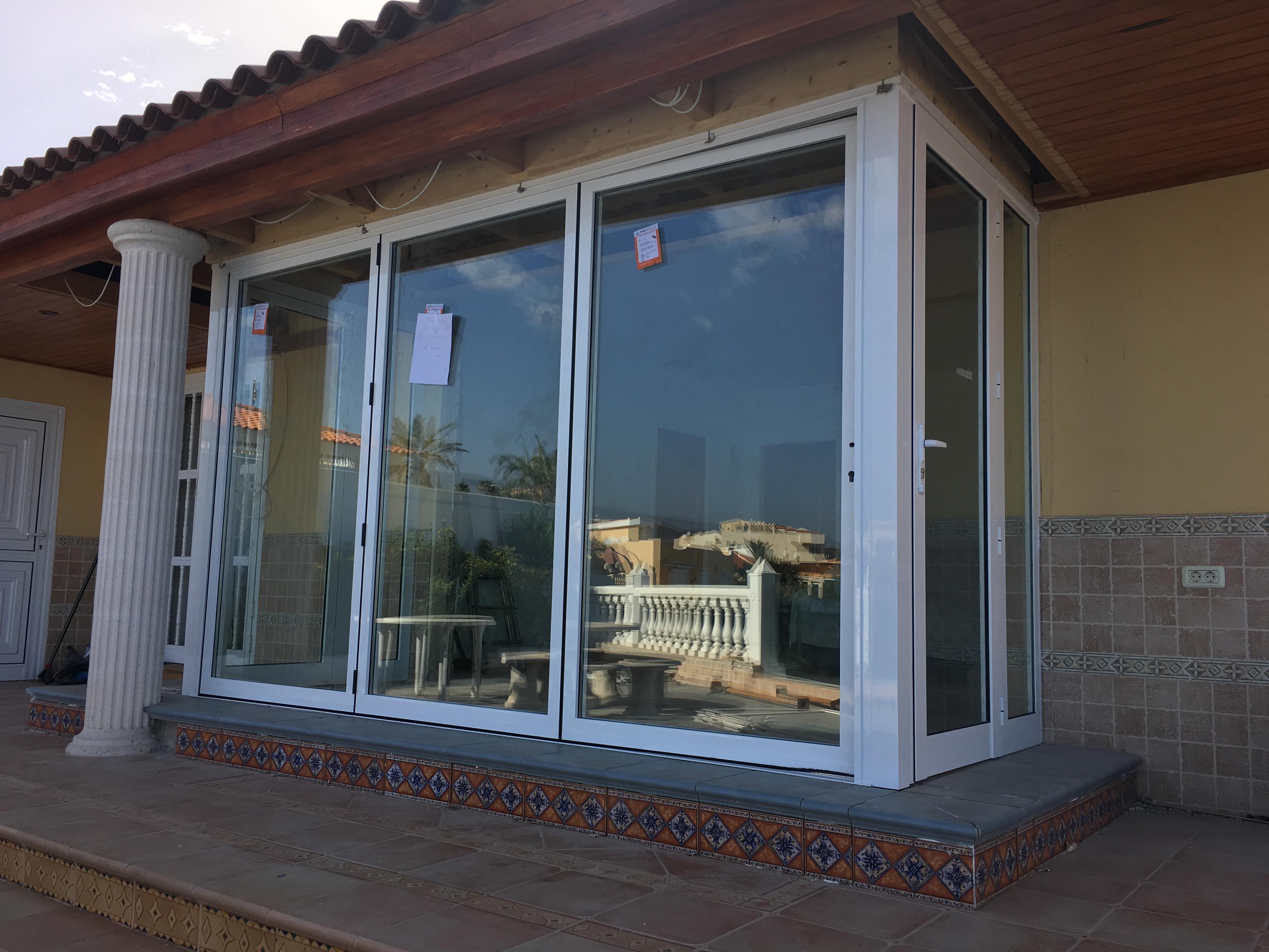 Instalación de puerta plegable con rotura de puente térmico de la marca Cortizo